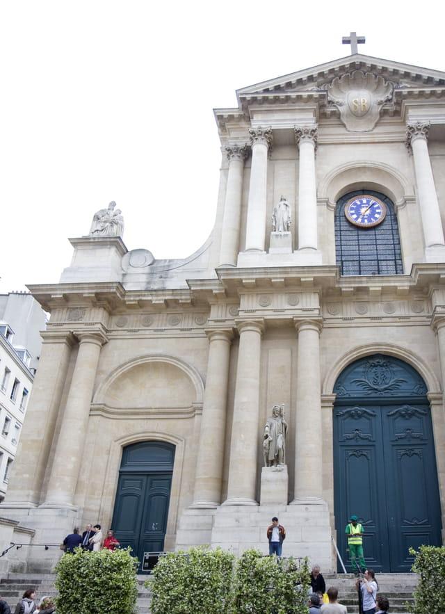 Eglise St Roch pendant l'enterrement de Yves St Laurent
