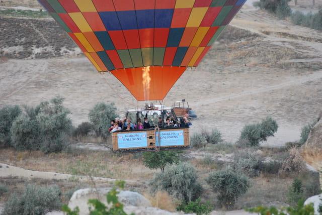 En ballon au dessus de la Cappadoce