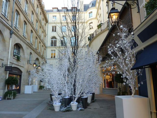 en flânant à travers les rues de Paris