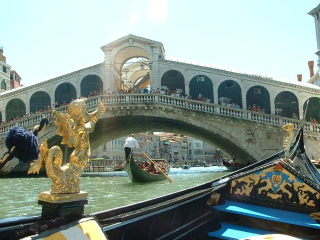 En gondole sous le pont Rialto