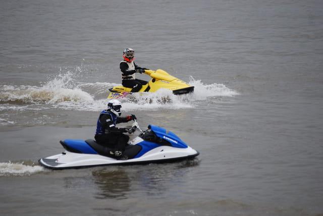 en jet ski sur le fleuve