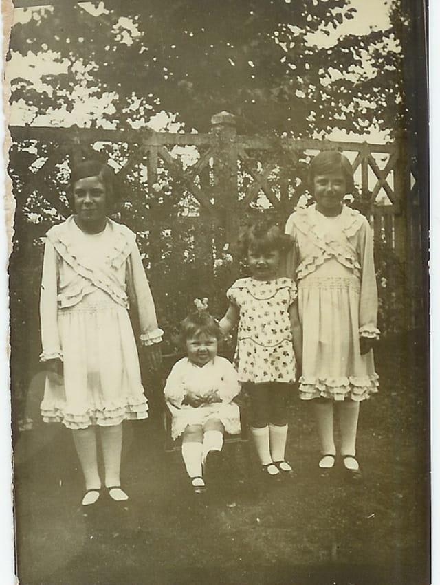 En robe du dimanche, maman à gauche