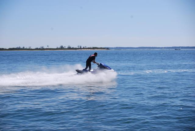 en scooter de mer sur de Bassin d'arcachon
