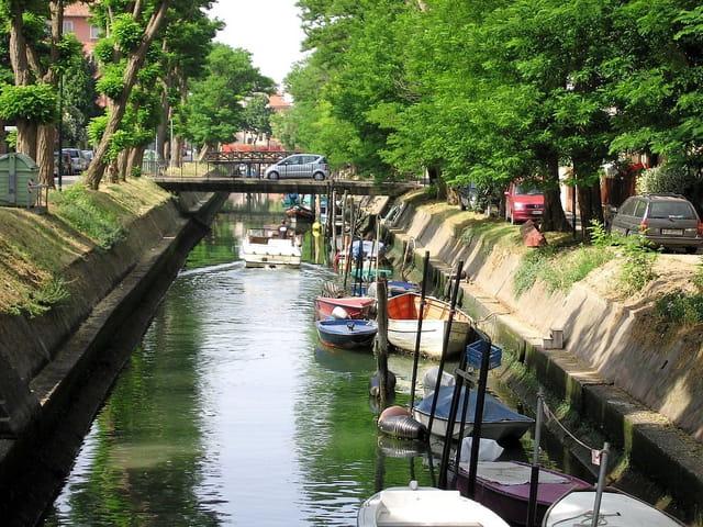 En ville...voitures et bateaux!