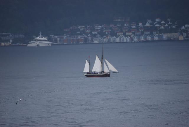 en voilier sur le fjord