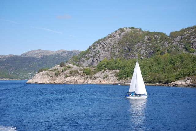 en voilier sur le Hogsfjorden