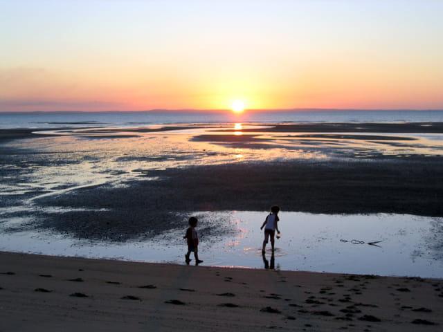 Enfants au coucher du soleil