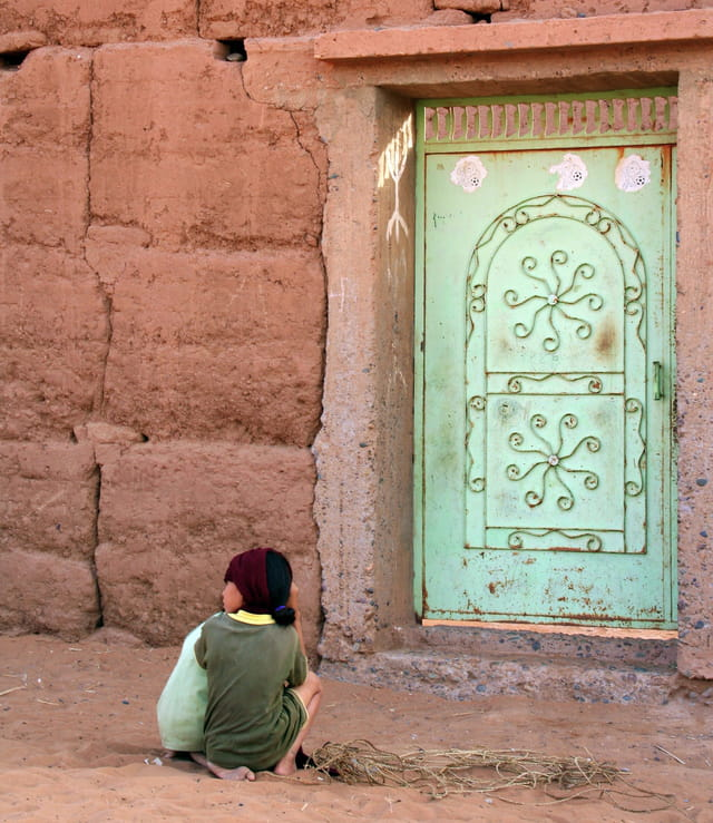 Enfants devant la porte