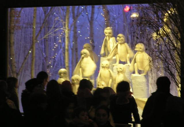 Enfants devant une vitrine de Noël
