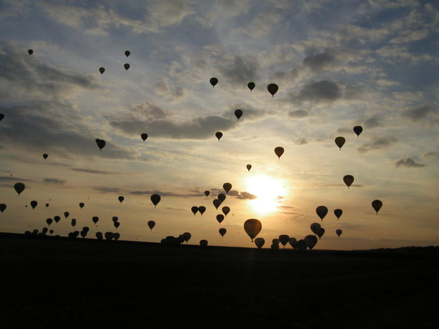 Envol de ballons en nocturne