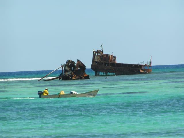 Epave de bateau a cote de Tortuga