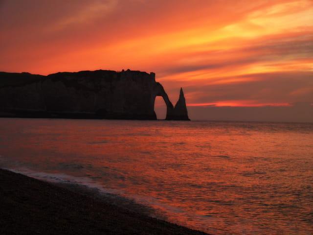 Etretat se baignant dans un merveilleux coucher de soleil