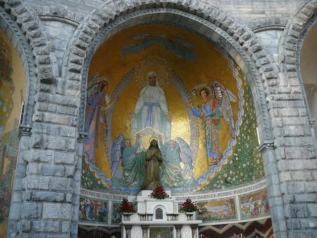 Extérieur de la basilique de Lourdes
