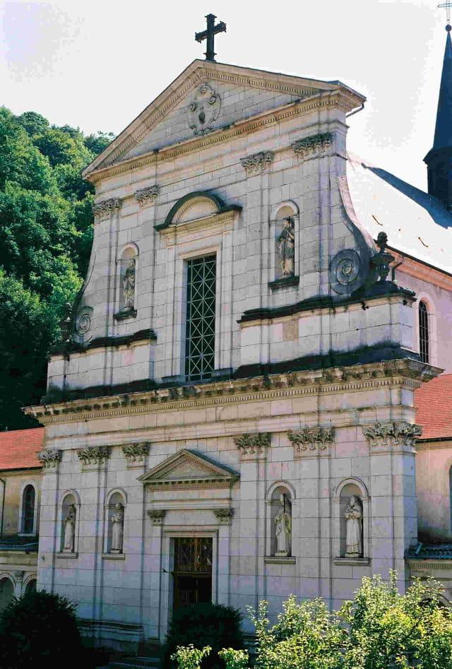 Façade de l'église vue de la cour d'honneur