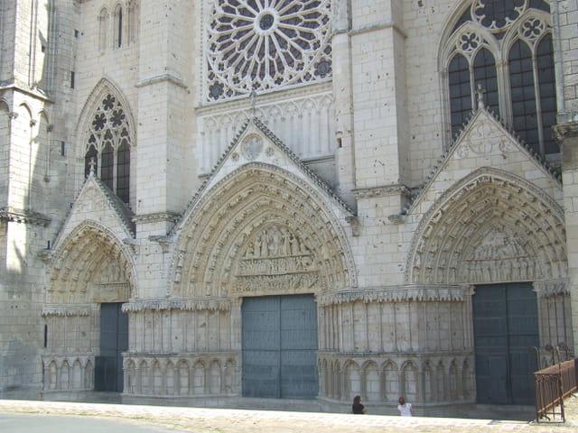 Façade entrée de la cathédrale