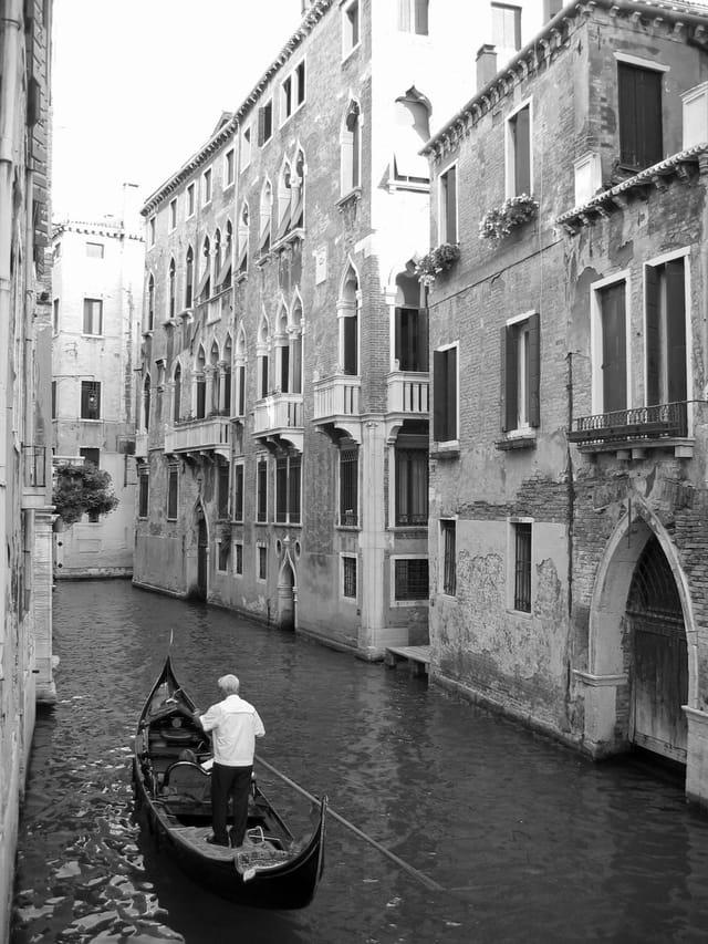 Faire de la gondole à Venise