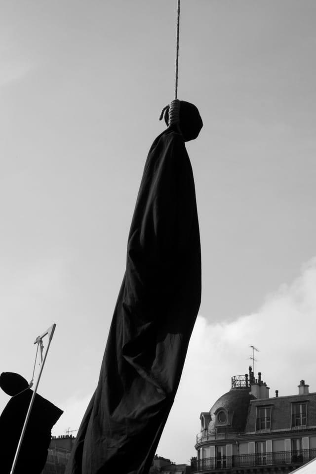 Fausse pendaison sur la place de la Bastille pour la Journée Mondiale contre la peine de mort