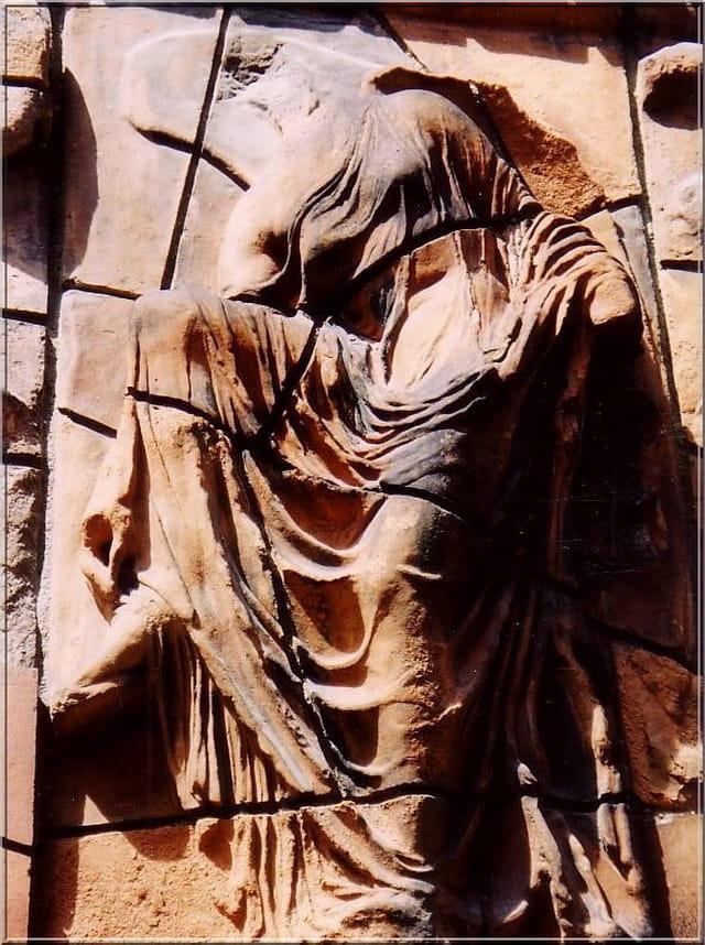 Femme à la sandale (bas-relief)