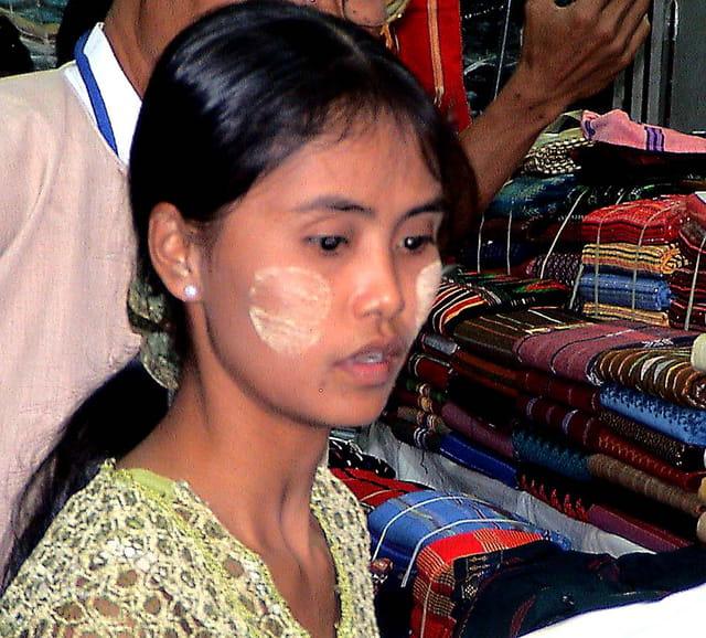 Femme au marché à Yangon