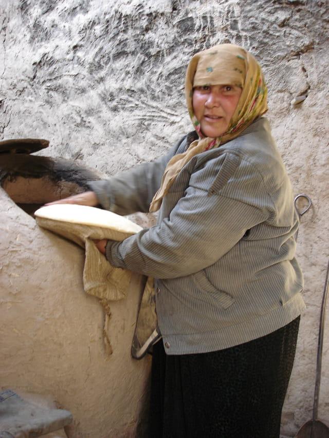 Femme cuisant le pain
