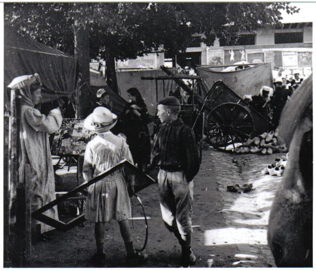 Femme peintre au marché