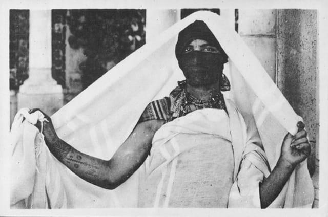 Femme tunisienne se couvrant de son Haïk