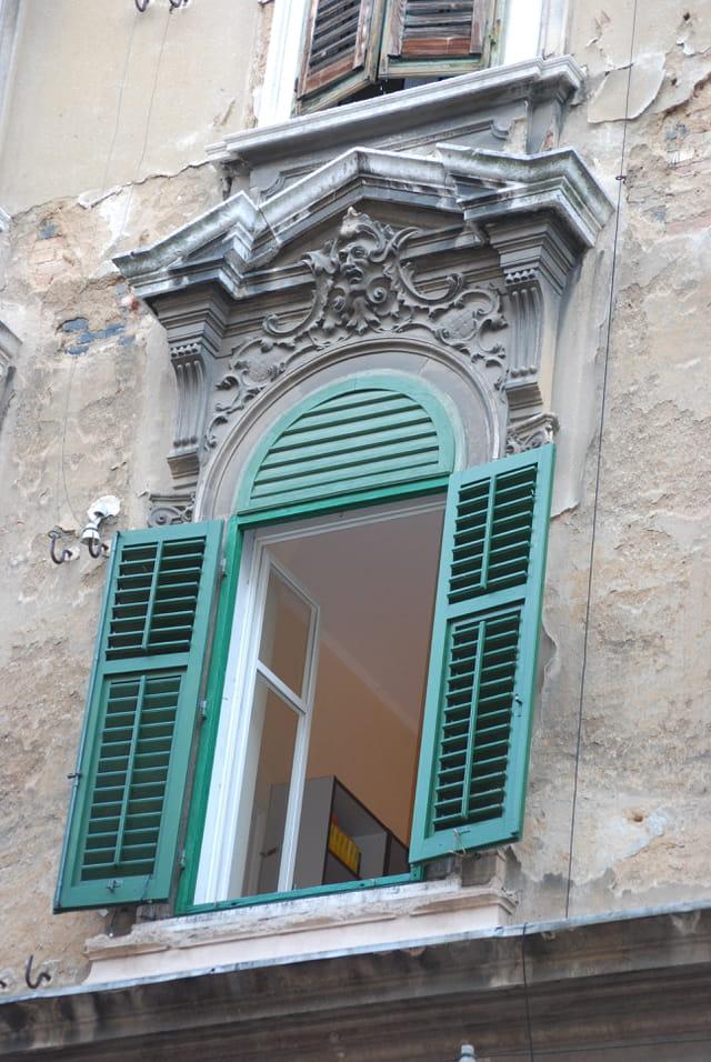 fenêtre d'un immeuble ancien