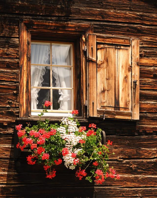 Fenêtre de châlet fleurie