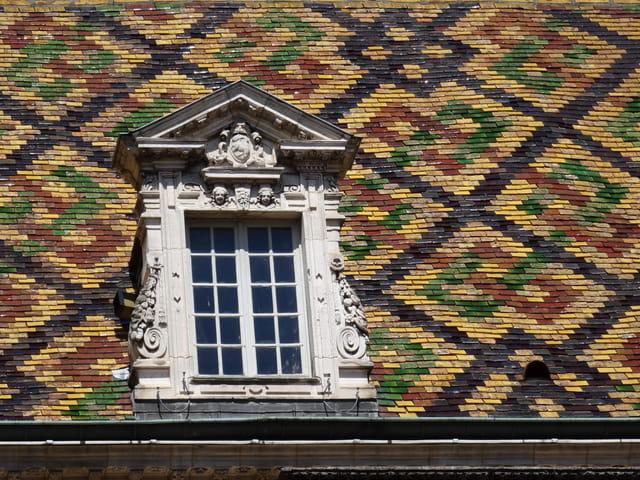 Fenêtre et toiture bourguignonnes