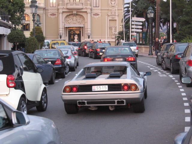 Ferrari sur l'avenue de monte carlo
