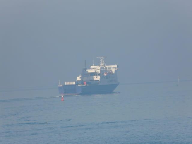 Ferry dans la brume