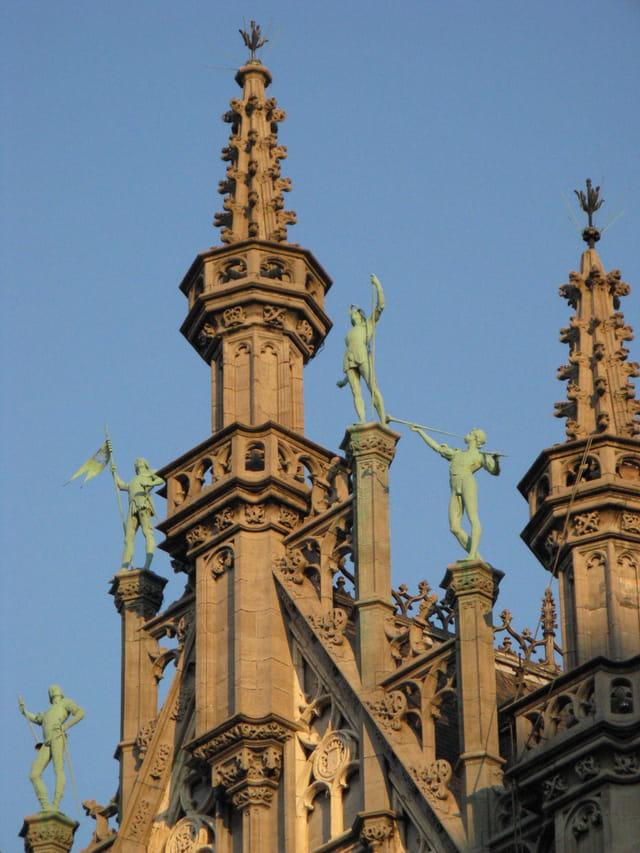 Finesse des statues sur le toit..