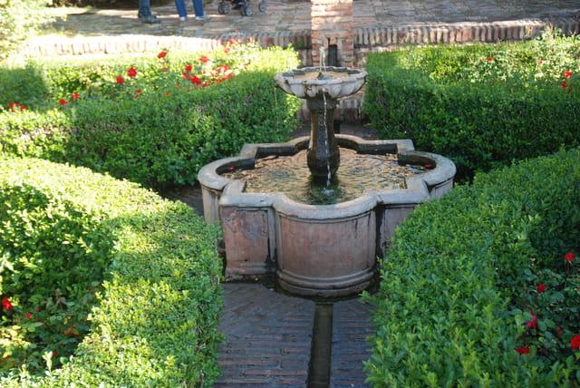 fontaine dans les jardins de la Alcazaba