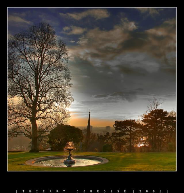 Fontaine et coucher de soleil glacé