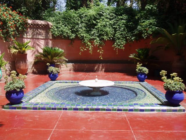 Fontaine et mosaïque
