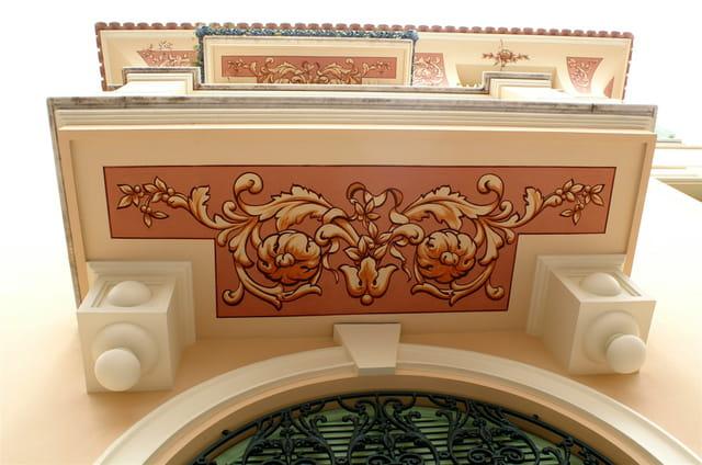 Fresques sous balcons