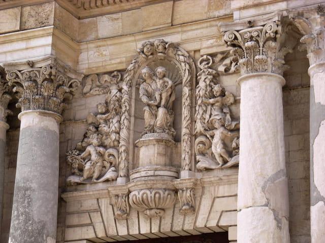 Fronton de l\'église Ste Madeleine à Martigues