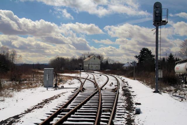 Gare abandonnée sous la neige