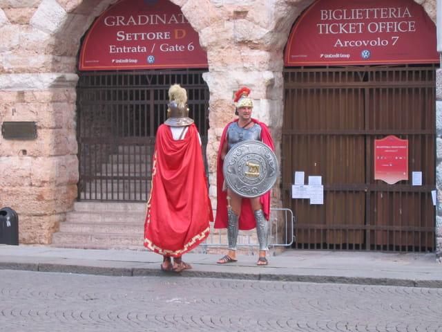 Gladiateurs devant les arènes de vérone