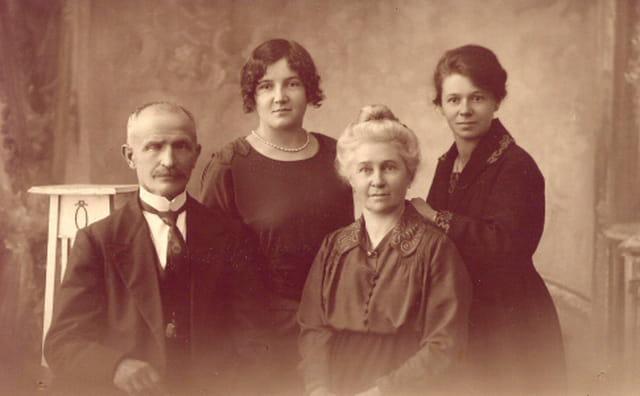 Gr. père, gr. mère, mère et tante