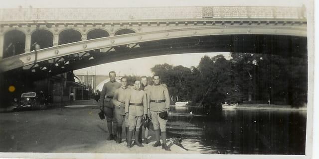 Gradés militaires sous les ponts de Paris