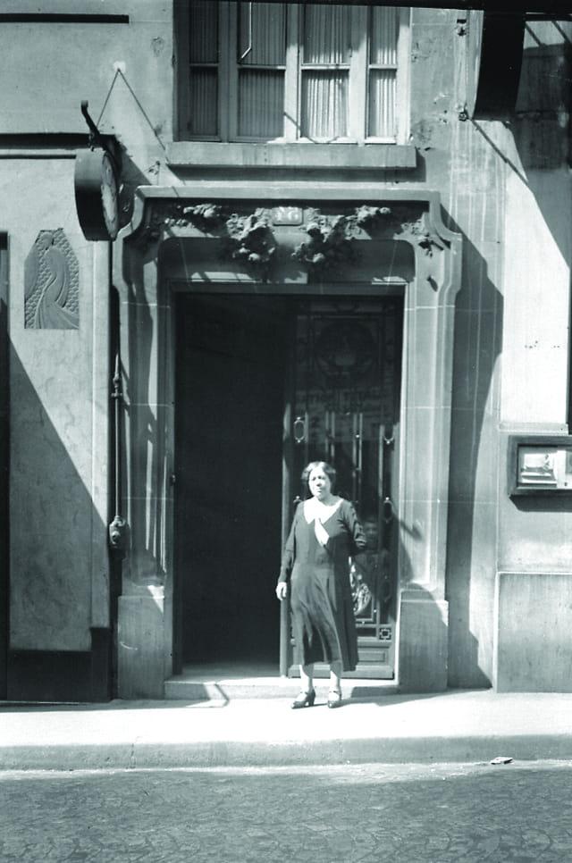 Grand mère à sa porte (1)