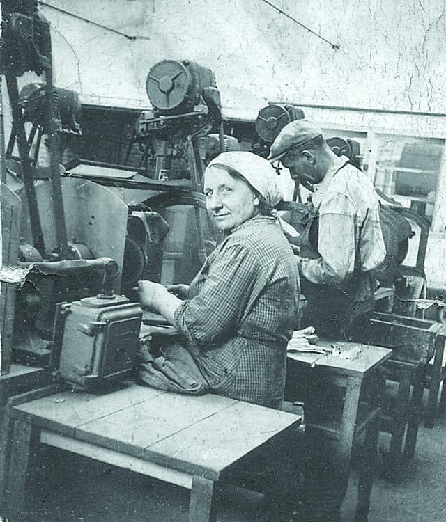 Grand mère au travail