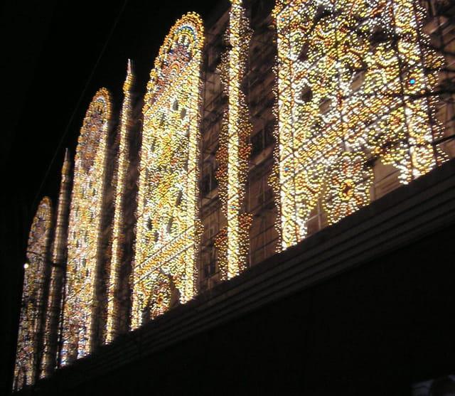 Grands Magasins façade illuminée