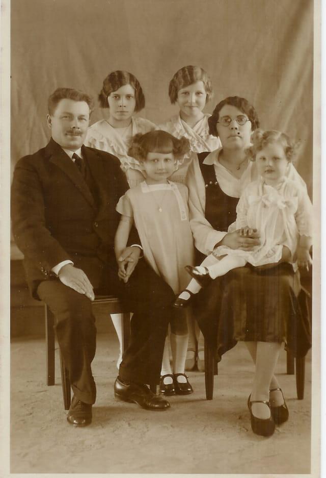 GRANDS PARENTS MATERNELS attendant leur cinquième fille