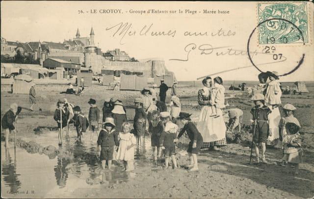 Groupe d'enfants sur la plage