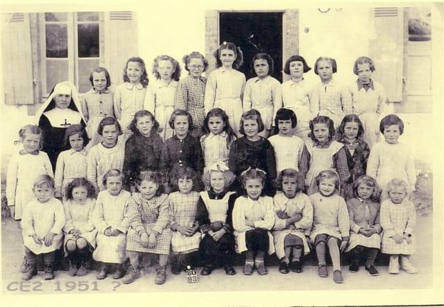 Groupe école privée des soeurs à Saint-Evarzec vers 1950