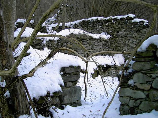 Hameau ruiné sous la neige