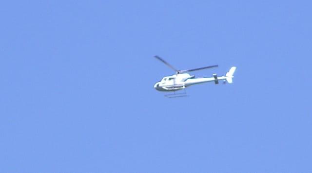 Hélicoptère blanc dans un ciel bleu