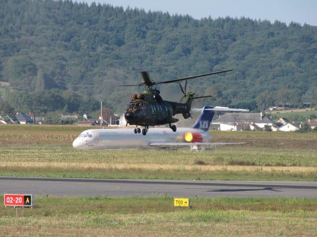 Hélicoptère SUPER PUMA se posant.